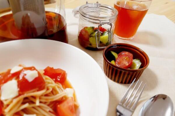 トマトを使った料理をランチョンマットに並べた写真