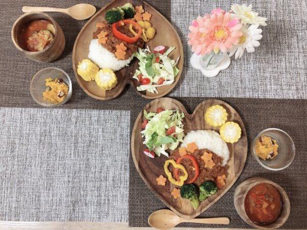 ハートの器に料理が盛られている写真