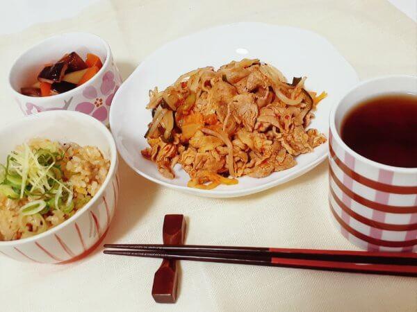 豚キムチと鶏ひき肉とごぼうの炊き込みご飯