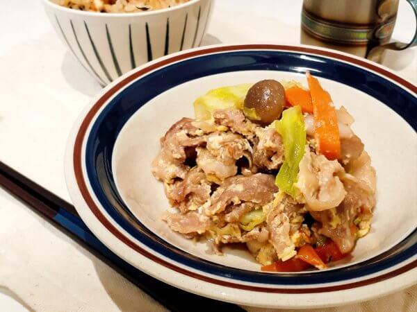 ひじきの炊き込みご飯と豚肉とキャベツの卵とじ炒め